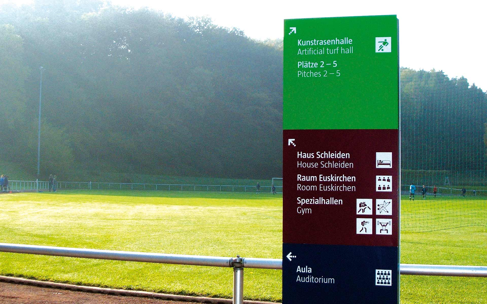 Sportschule-Hennef Orientierungssystem, Pylon, Beschriftung