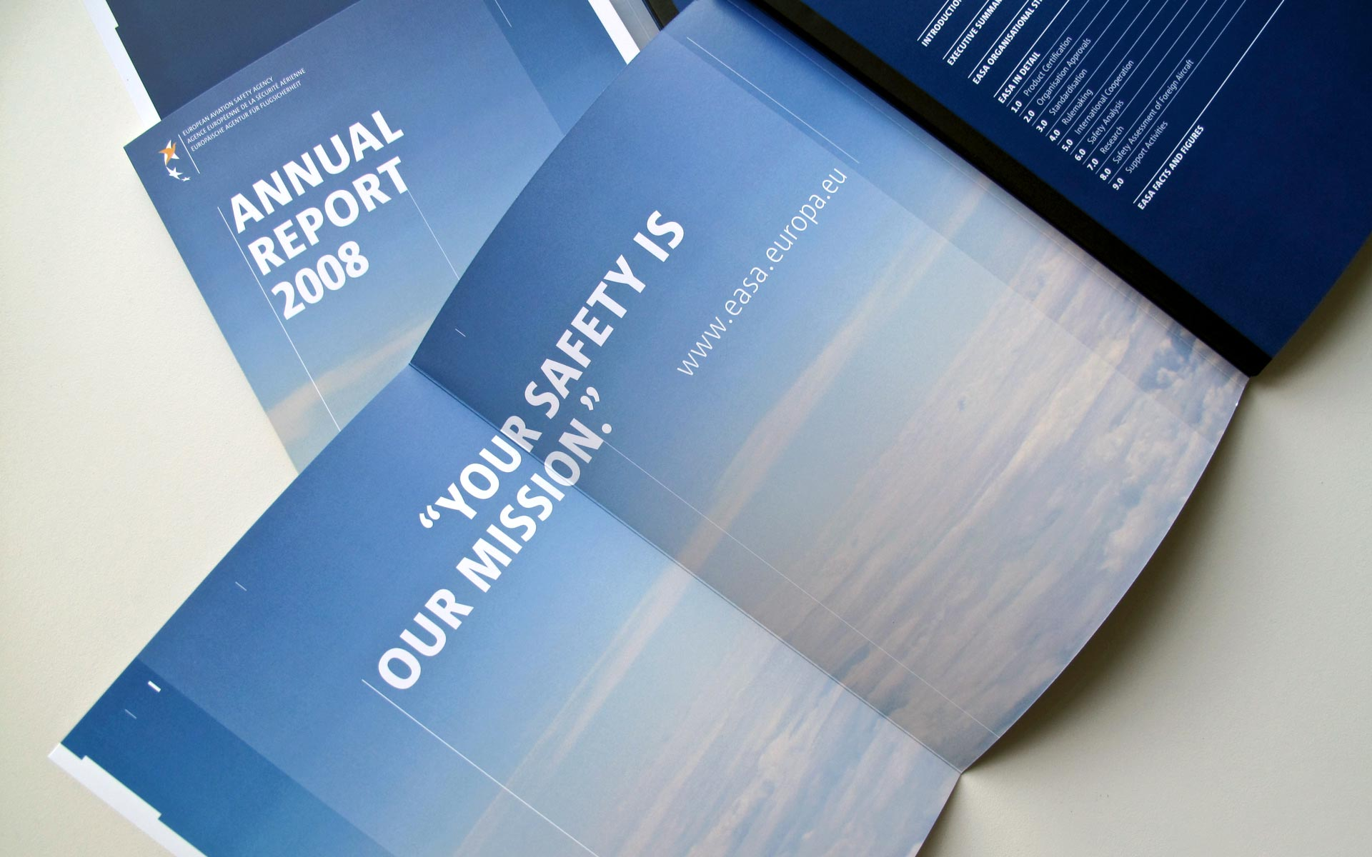 EASA Corporate Design, ausklappbarer Titel im Annual Report, Schweizer Brochure