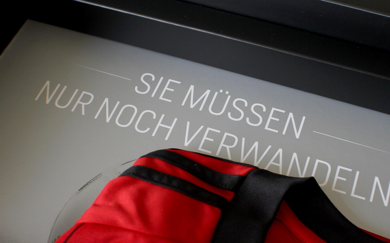 Bayer 04 Sponsoren Akquisition, Boden in der Box mit Trikot