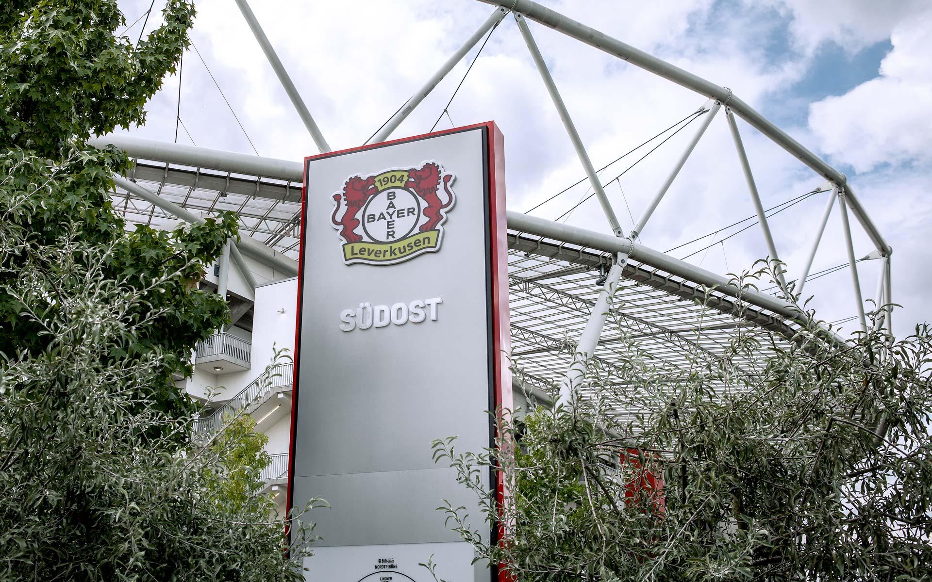 Bayer 04, BayArena Orientierungssystem und Branding, Stele am Eingang Ost
