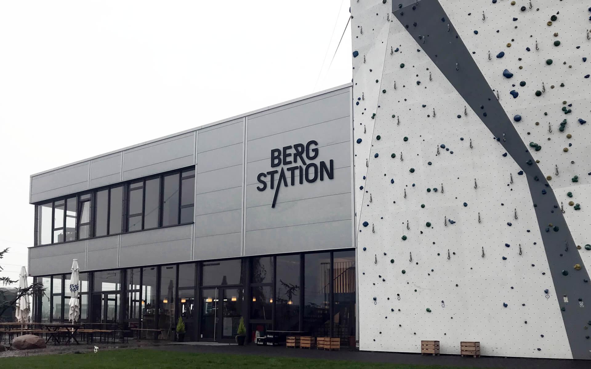 stay golden, Bergstation Corporate Design, Aussenkennzeichnung bei Tag