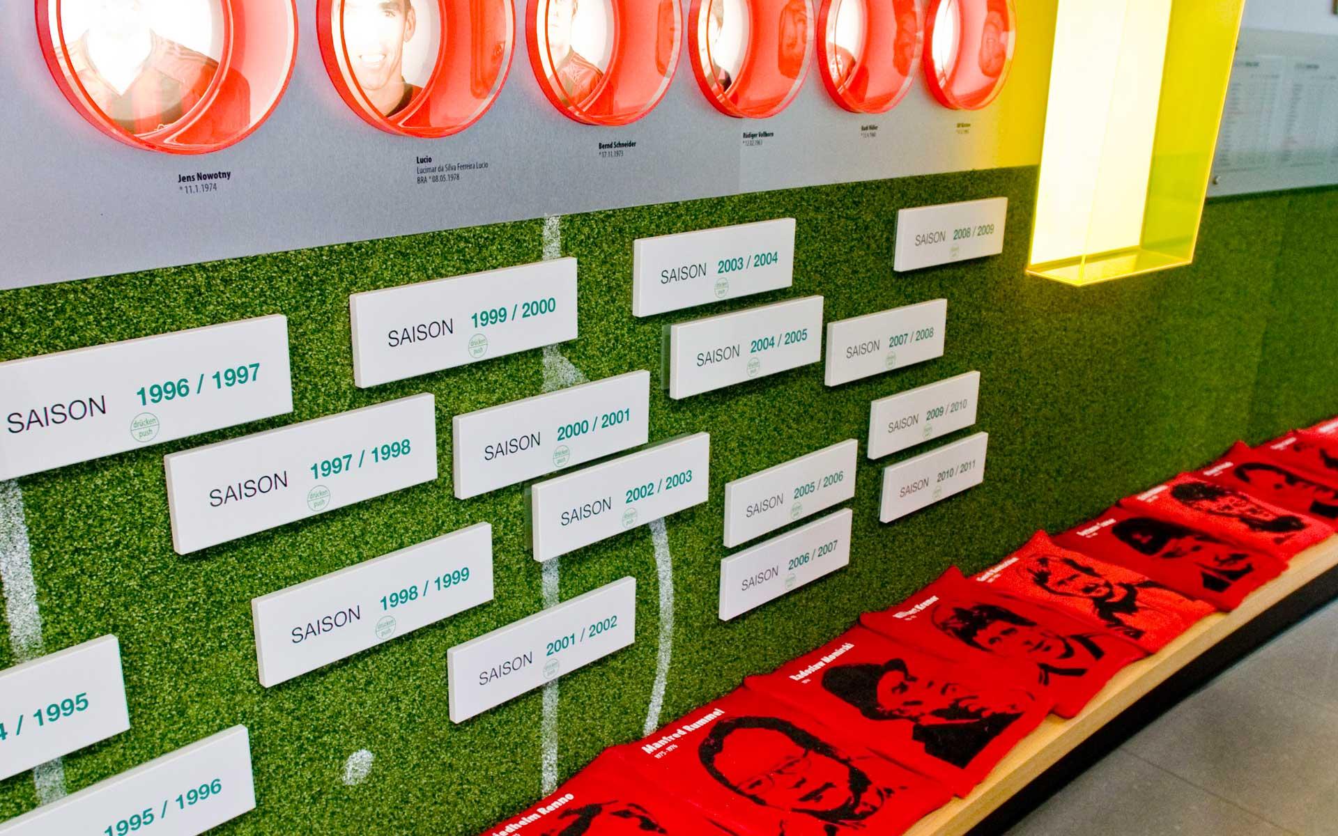 Bayer 04 Foyer BayArena, Brand Space, Saison-Schubladen, Trainerbank mit Trainerportraits