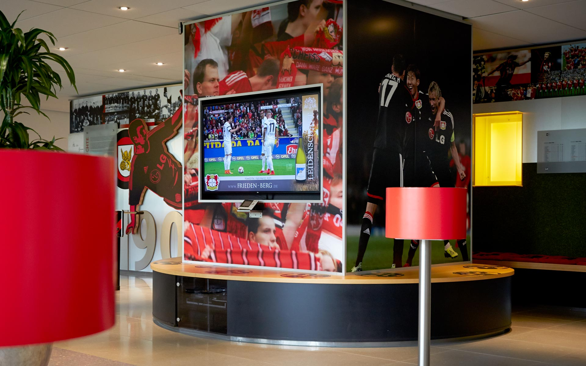 Bayer 04 Foyer BayArena, Brand Space, Sitzbank und Monitor