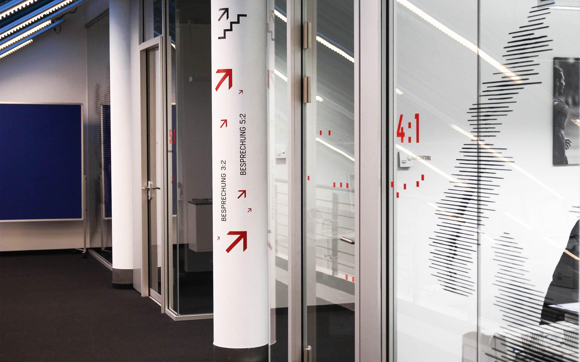 Bayer 04 neue Liegenschaft – Wayfinding, Leit- und Orientierungssystem,  Orientierungshinweise an den Scheiben und Pfeilern