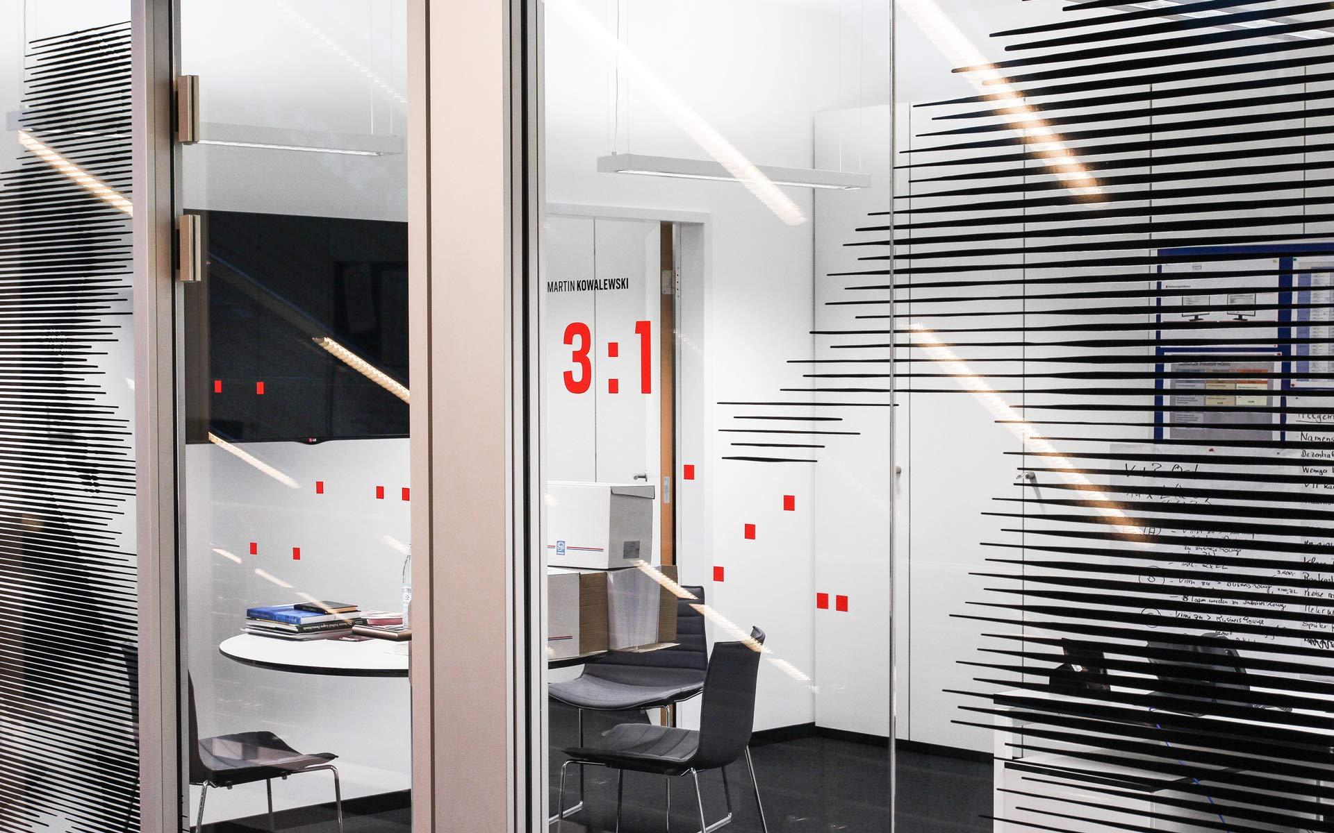 Bayer 04 neue Liegenschaft – Wayfinding, Leit- und Orientierungssystem,  Orientierungshinweise an den Scheiben