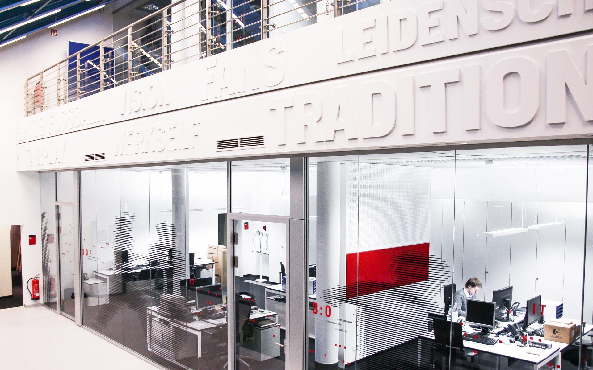 Bayer 04 neue Liegenschaft – Wayfinding, Leit- und Orientierungssystem,  großflächige Typografie