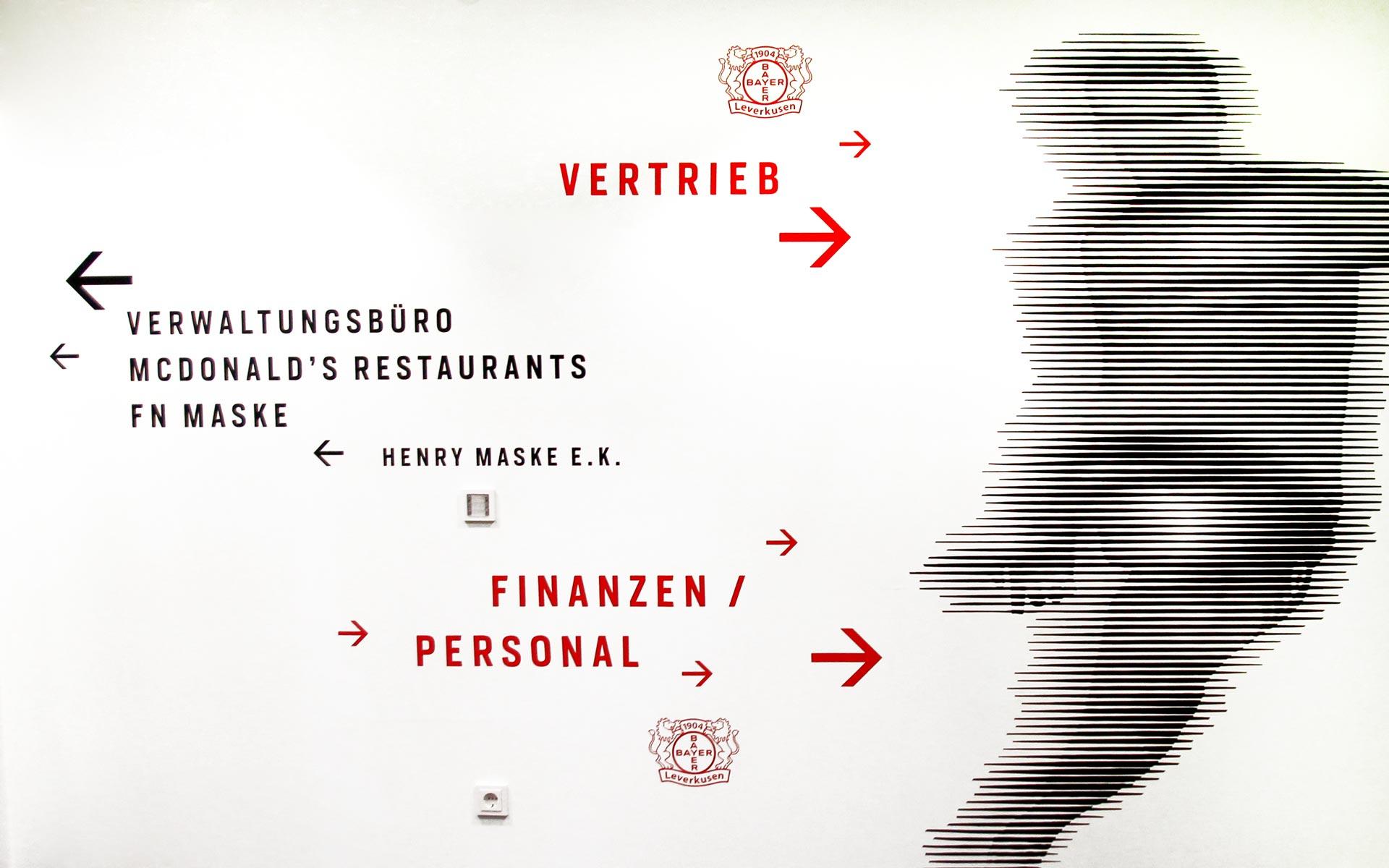 Bayer 04 neue Liegenschaft – Wayfinding, Leit- und Orientierungssystem,  Orientierungshinweise typografische Orientierungshinweise an der Wand