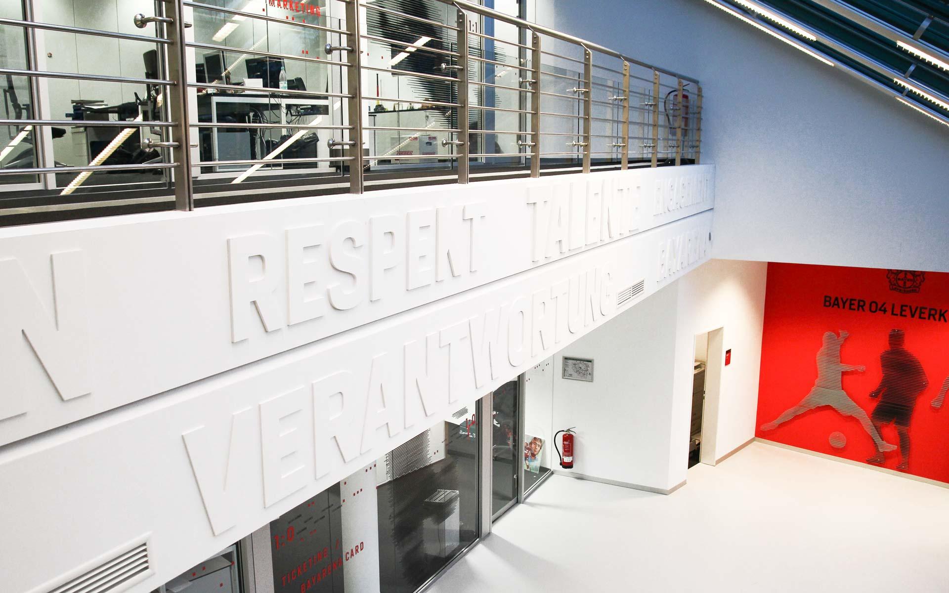 Bayer 04 neue Liegenschaft – Wayfinding, Leit- und Orientierungssystem, Typografie auf der Balustrade