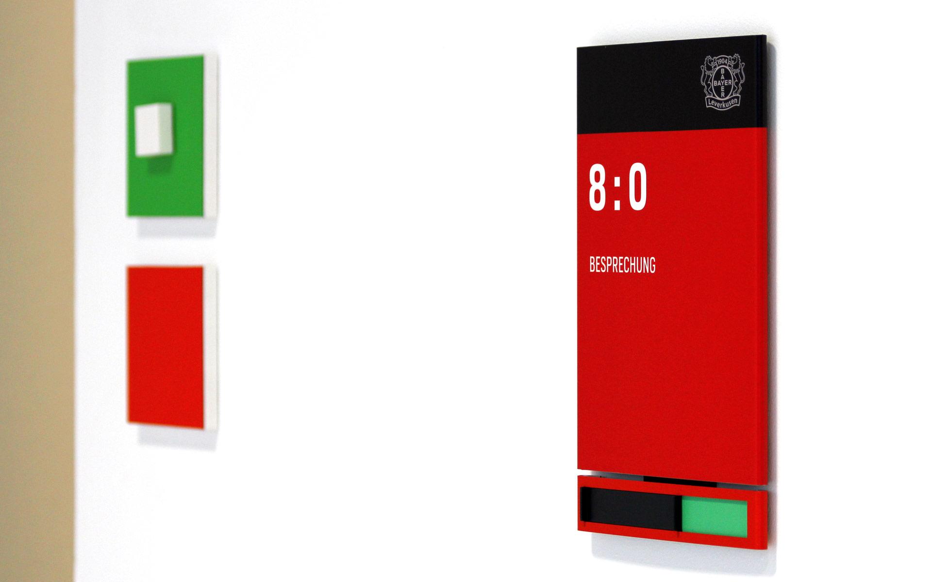 Bayer 04 neue Liegenschaft – Wayfinding, Leit- und Orientierungssystem, Türschild