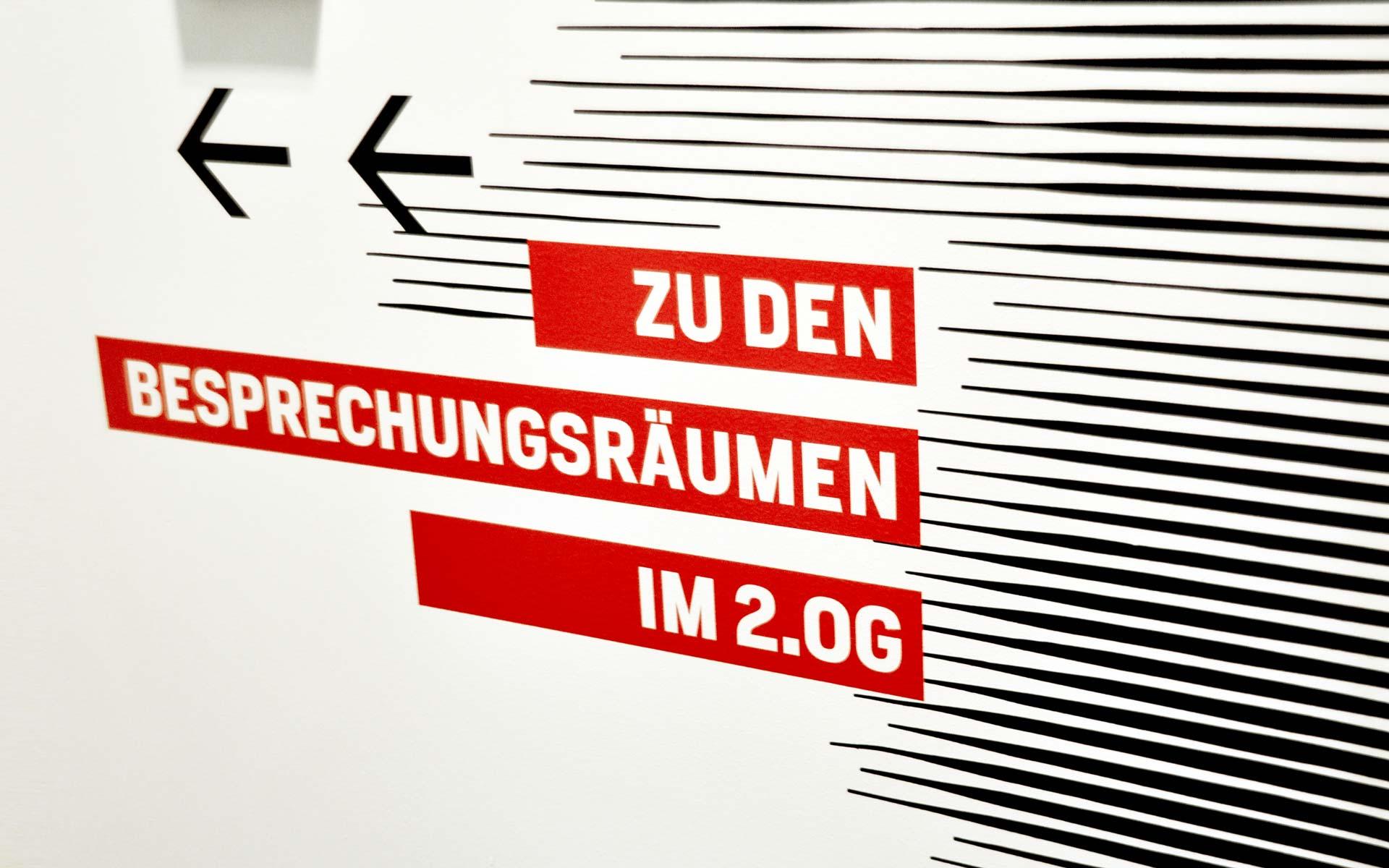 Bayer 04 neue Liegenschaft – Wayfinding, Leit- und Orientierungssystem, Orientierungshinweis an der Wand