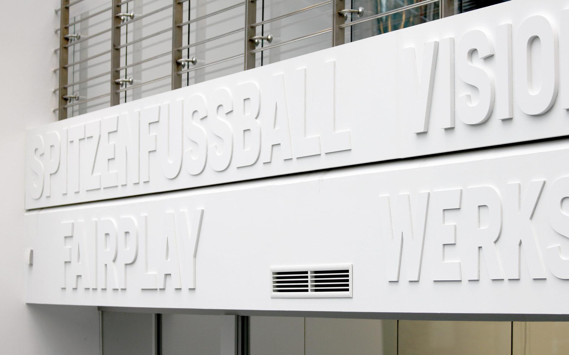 Bayer 04 neue Liegenschaft – Wayfinding, Leit- und Orientierungssystem, Typografie auf dem Balkon
