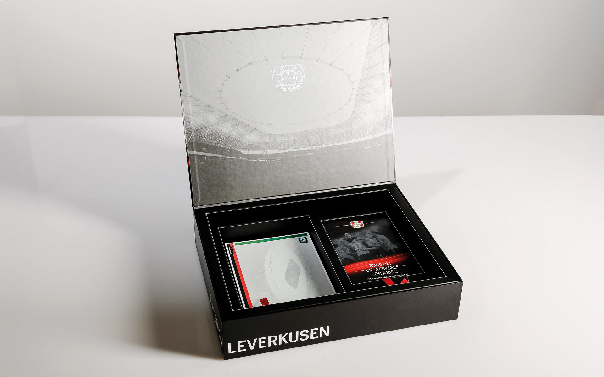 Bayer 04 VIP-Ticketbox, untere Lage mit Broschüre und Parkausweisen