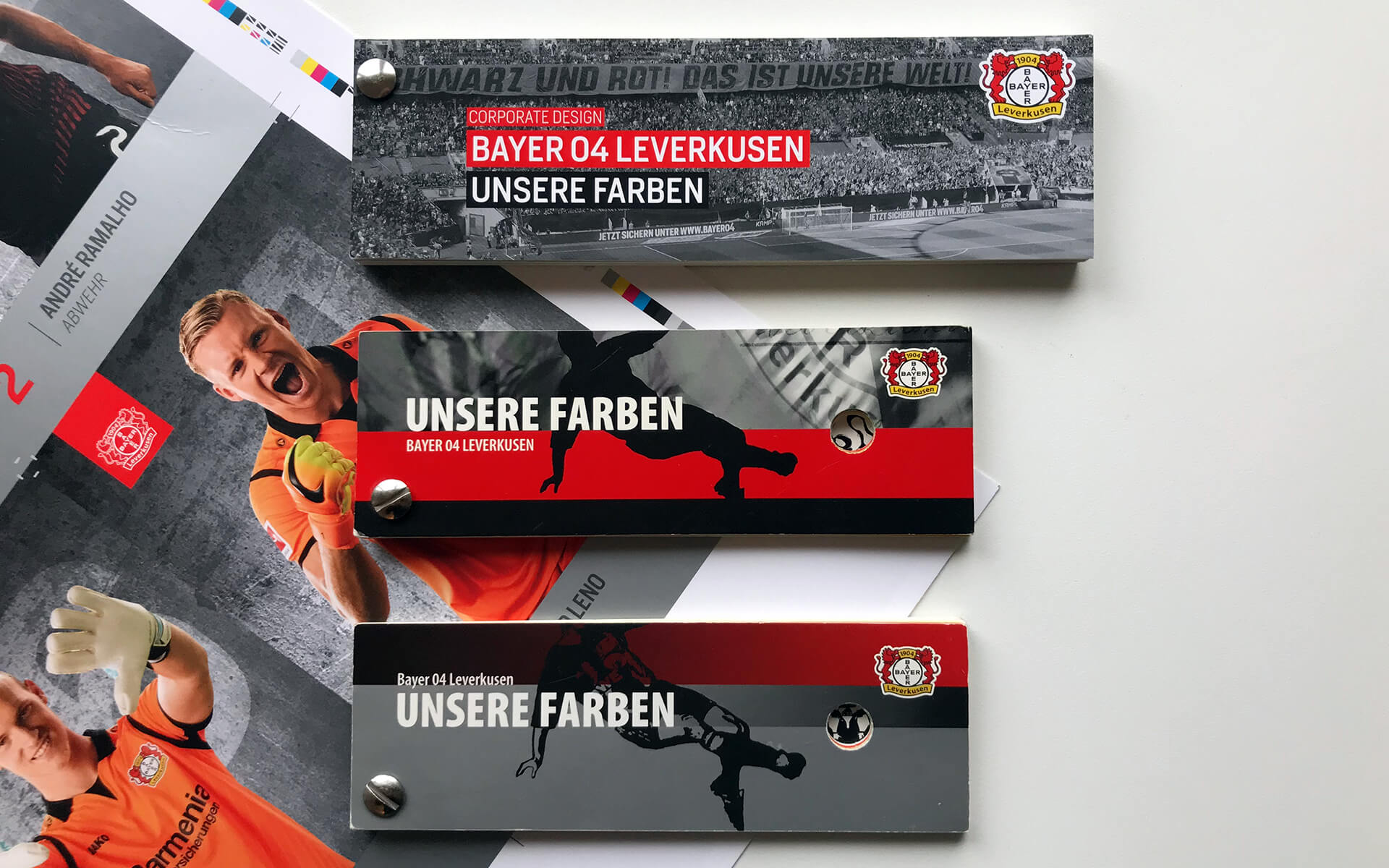 3. Auflage des Bayer 04 Farbmusterfächers und alte Farbfächer im Vergleich