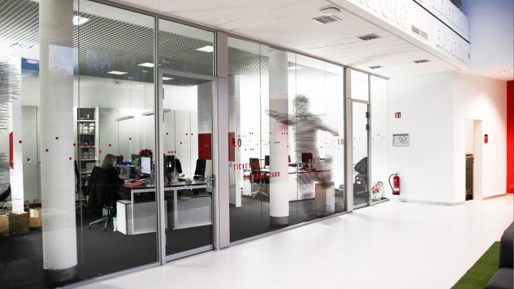 Bayer 04 neue Liegenschaft – Wayfinding, Leit- und Orientierungssystem, Grafik an den Scheiben